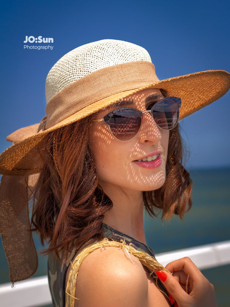 Beata na plaży w kapeluszu