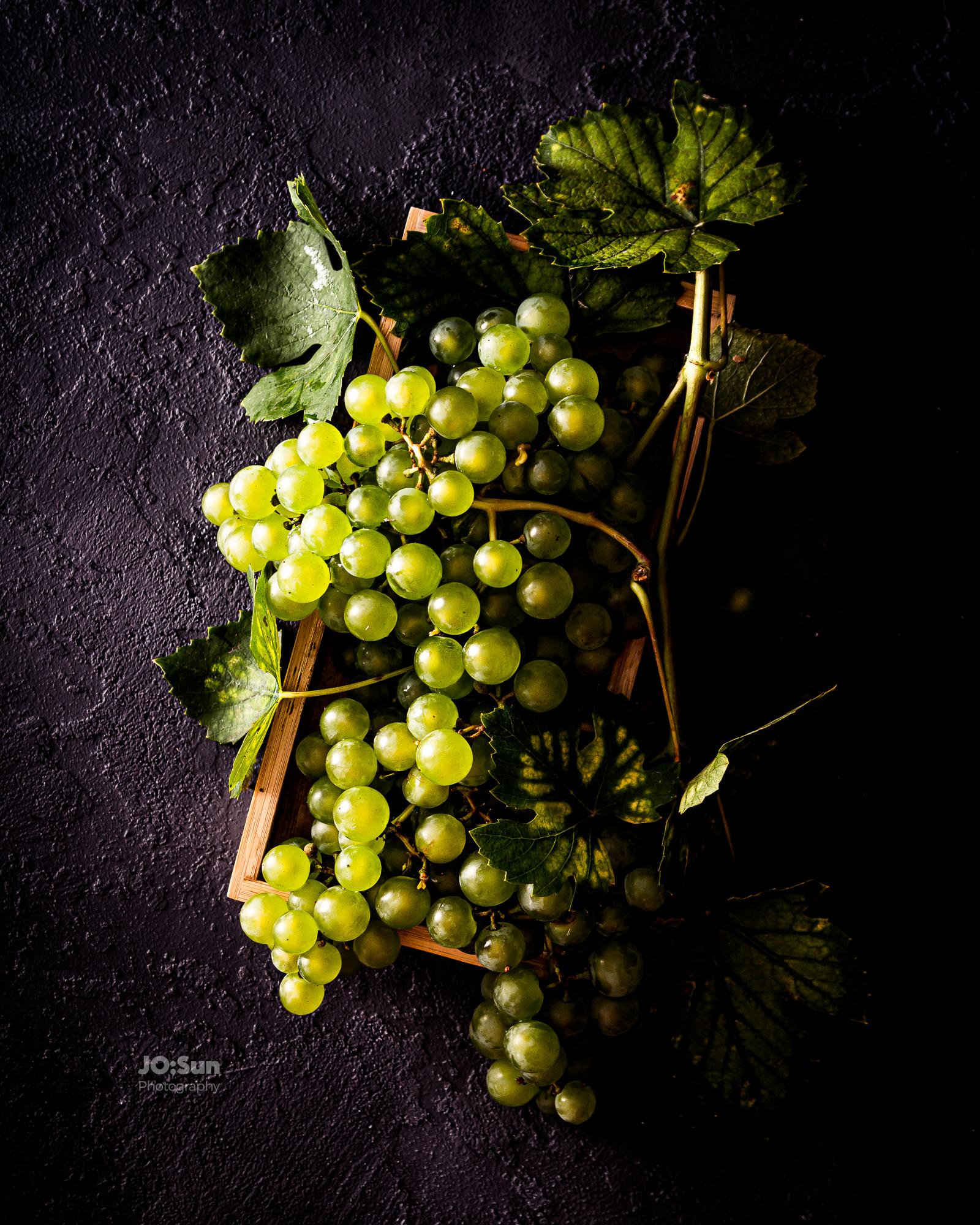winogrona na czarnym tle