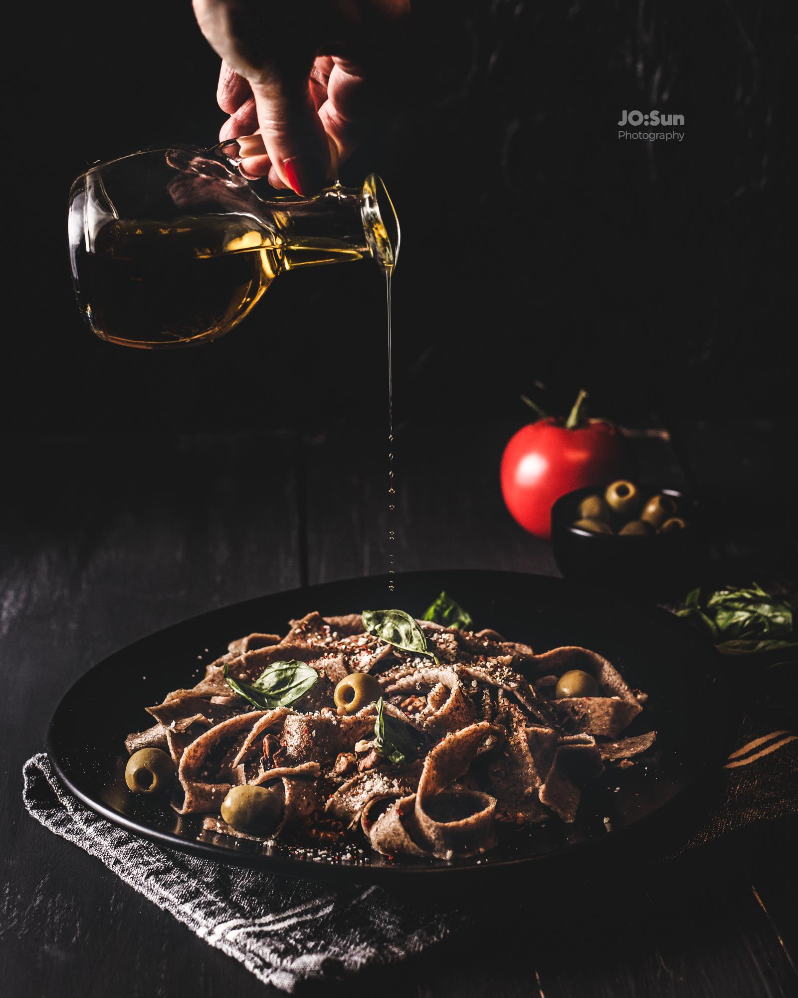danie z makaronem z orzechami i oliwką